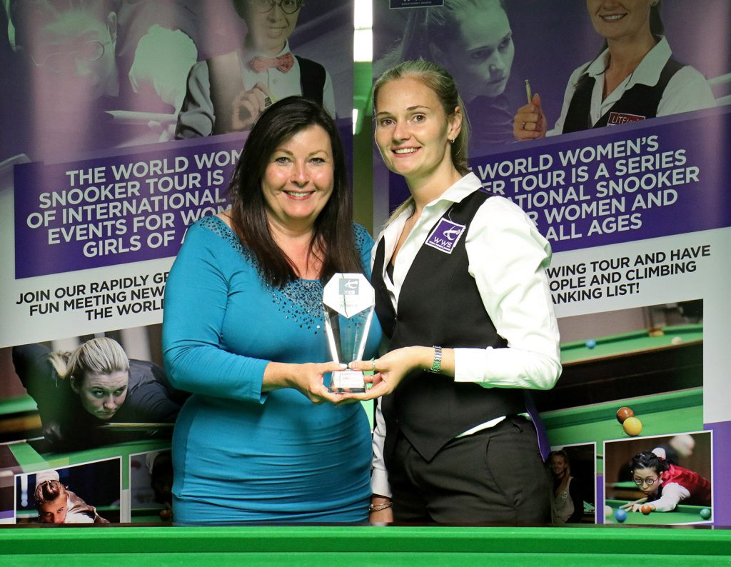 Reanne Evans receiving the UK Women's Championship 2019 trophy from Mandy Fisher
